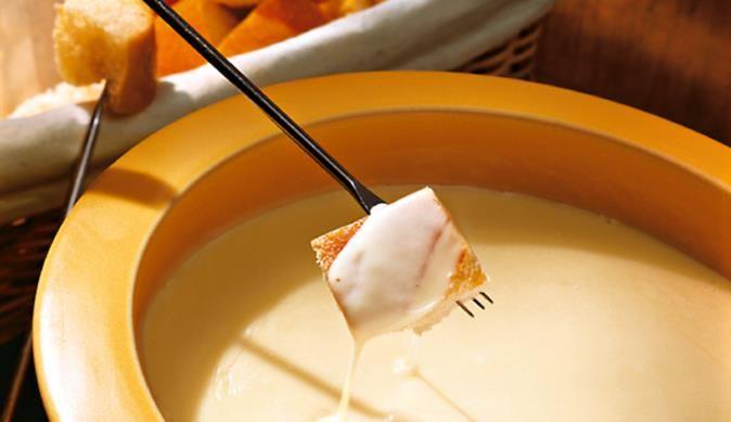 So einfach und doch immer wieder so lecker – das klassische Käse-Fondue mit würzigem Greyerzer und mildem Emmentaler lädt einfach zum Eintunken ein