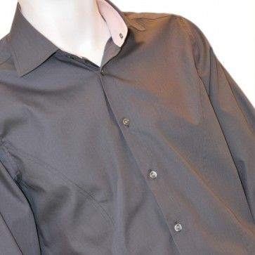 Clock shirt-ul este camasa care iti da posibilitatea sa iti pui in evidenta ceasul, dar in acelasi timp, iti ofera posibilitatea sa il privesti fara a mai fi nevoit sa iti ridici manseta. Este o camasa eleganta, tip business, dar si plina de fantezie.