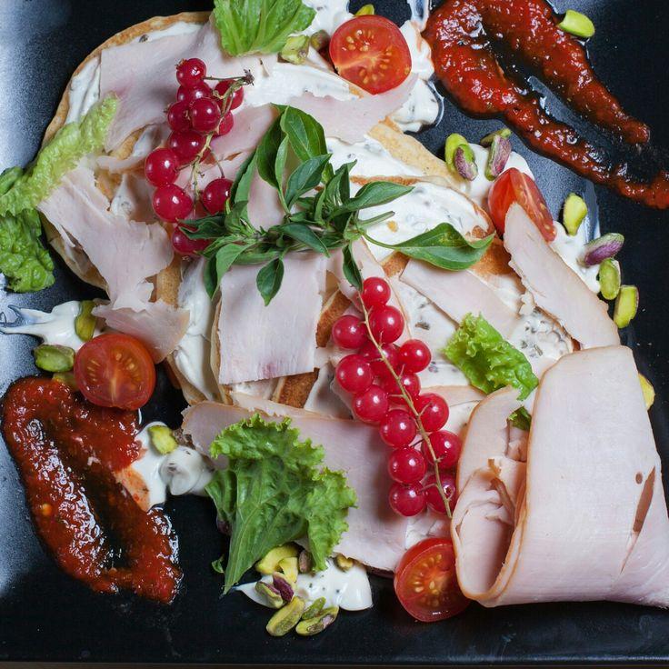 Pancakes με κρεμα τυριου αρωματισμενη με βασιλικο γαρνιρισμενο με πουρε κοκκινης καπνιστης πιπεριας
