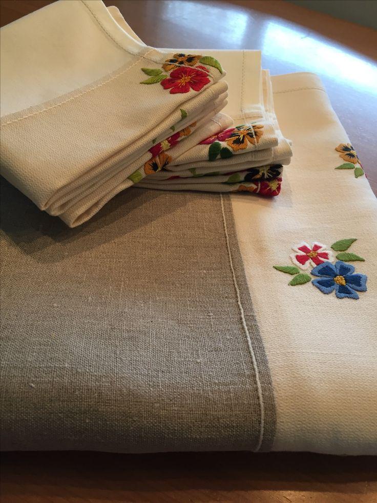 het mooiste tafelkleed van mijn moeder verlengd met een stuk linnen en van de resten servetten gemaakt