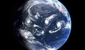 La escala de huracanes original fue desarrollada por Saffir al inventar una escala de cinco niveles, basada en la velocidad del viento, que describía los posibles daños en edificios. Posteriormente, Simpson añadiría a la escala los efectos del oleaje e inundaciones.