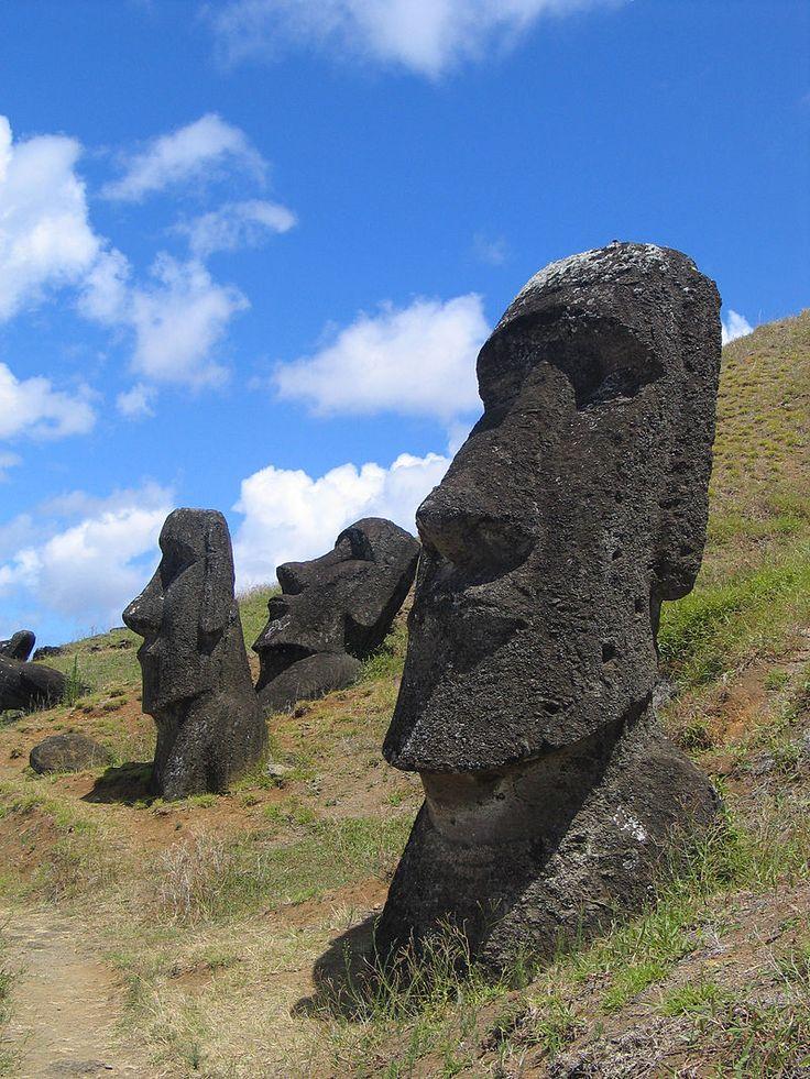 Île de Pâques - Moaïs dans la carrière de Rano Raraku