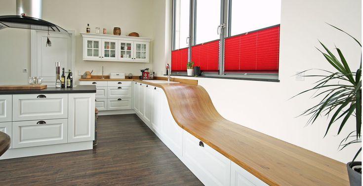 Edle Landhausküche in weiß mit schöner Sitzbank von der