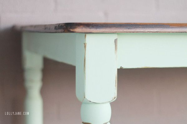 A very pretty diy table with faux distressing using homemade chalkpaint recipe from elizabeth and co - ♥  #refinishfurniture