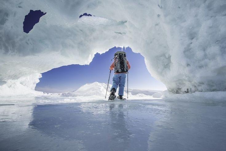 Homem caminha sobre o gelo no lago Huron, em Ontario, Canadá. A imagem foi feita pela fotógrafa canadense Sarah Desjardins
