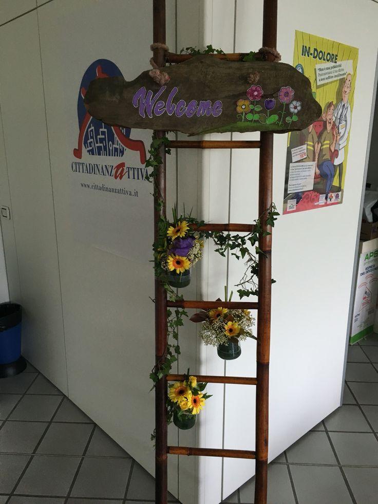 Scala allestita con fiori