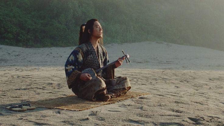 多くの方のリクエストにお応えして 「海の声」フルバージョンを公開! 浦ちゃんによる歌声と三線の演奏を、 フルにおたのしみください。 「海の声」 歌:浦島太郎(桐谷健太) 作詞:篠原誠 作曲:島袋優(BEGIN) 編曲:山下宏明 空の声が 聞きたくて 風の声に 耳すませ 海の声が 知りたくて 君の声を 探してる 会...