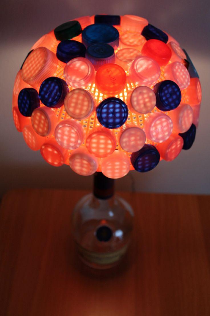Lampada da tavolo con colapasta e tappi in plastica
