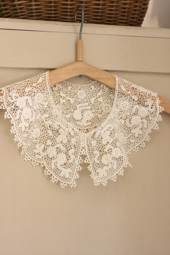 French Vintage Lace Collar with Picot Edge by Chezpetitpica, €20.00