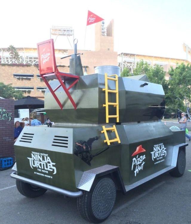 Pizza Hut recrée le célèbre camion lance-pizza des Tortues Ninja en taille réelle - souvenirs d'enfance... http://piwee.net/1tortues-ninja-camion-pizza-hut290714/