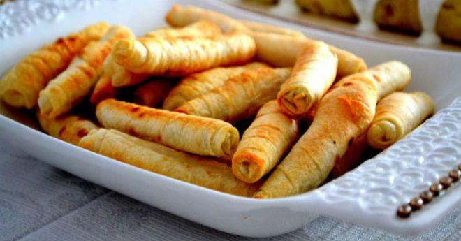 Сигара бёрек — это знаменитые турецкие пирожки, скрученные в трубочки. По форме они напоминают кубинские сигары, оттуда и название. Диаметр пирожков не должен превышать 2 см. Настоящие сигара бёрек готовятся из теста Фило (Filo) с соленым творогом, брынзой или мясом, последние менее популярны. У нас тесто Фило купить трудно, готовить его (растягивать) нет желания, вот …