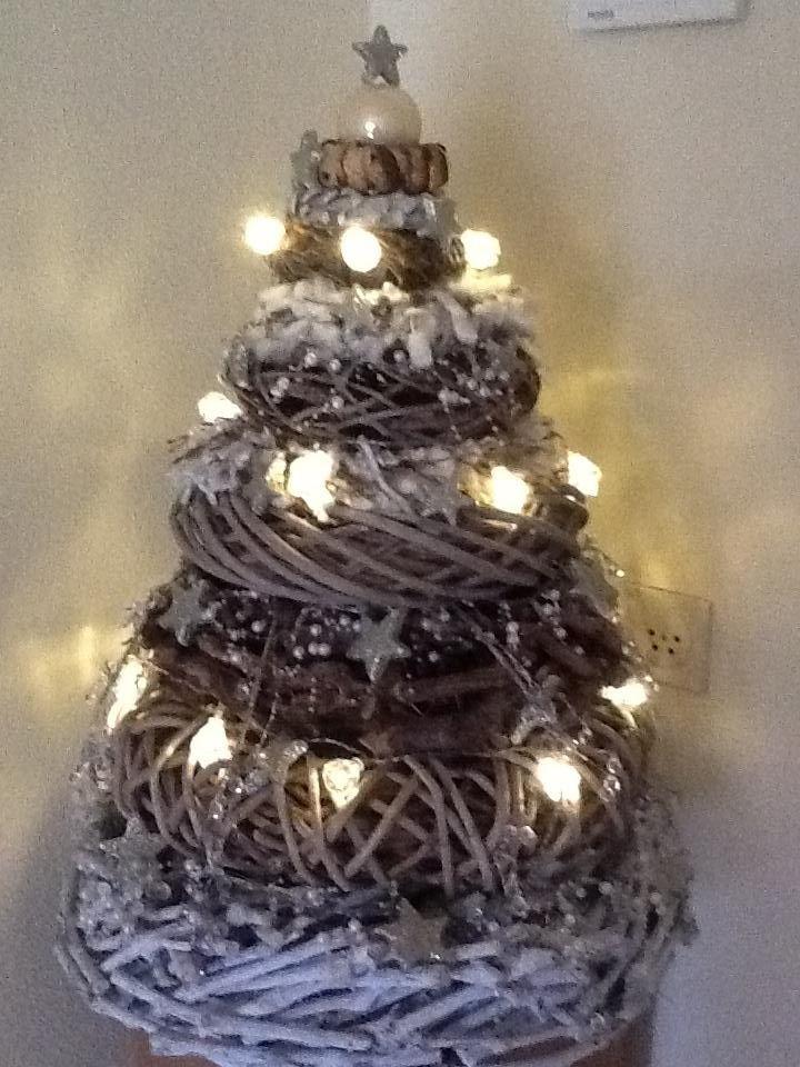 Kerstboom gemaakt van kransen.