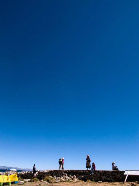 ペルー・チチカカ湖の人々と青い空