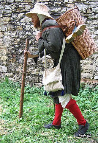 Deze man draagt een een strohoed, in een kenmerkend 13de eeuws model, om zijn hoofd tegen de zon te beschermen. Ook zie je een houten schoenzool aan zijn mand hangen. Deze 'patijnen' of 'trippen' hadden als doel de drager boven de modder en viezigheid uit te tillen.