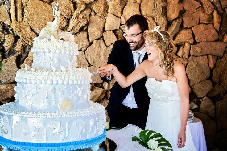 Il taglio della torta. Gli sposi hanno scelto una torta abitata dal mare, conchiglie, stelle marine... www.weddinginelba.it  #torta #sea #caketopper #cake #sweettable #pasticceria #mignon #tavolotorta #allestimentotavolotorta #matrimoniodasogno #weddingdestination #weddingdestinationelba #weddingplanner #wedding #elba #weddingdestination #elbaweddingstyle #weddingelbastyle Foto Brizzi Studio