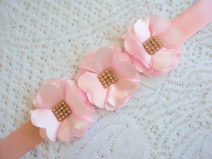 Lindo Porta coque com 3 flores de cetim com 5 cm cada flor.  Fechamento ajustável com fita de amarrar.  Peça de grande diferencial e beleza para Daminhas e Bailarinas.  Temos também em outras cores.  Não acompanha rede.    Qualquer dúvida entre em contato.