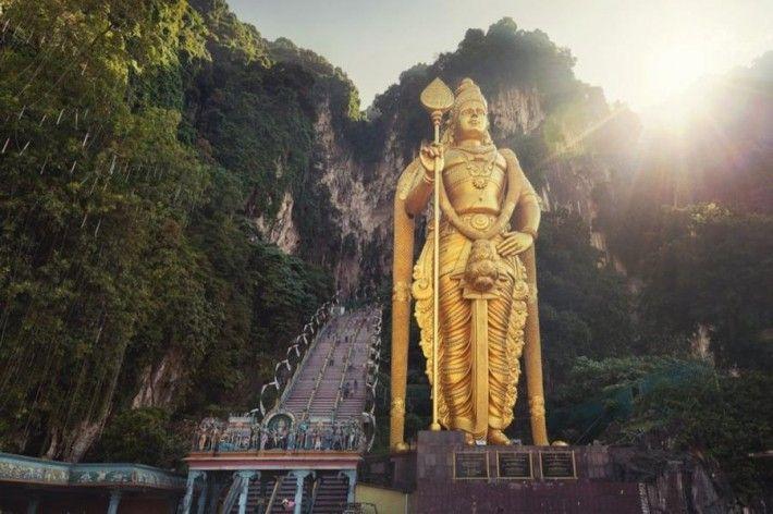 Самые колоссальные статуи и монументы мира:  Божество Муруган (Пещеры Бату, Селангор, Малайзия). На строительство скульптуры пошло 250 тонн стали, 1550 кубометров бетона и 300 литров золотой краски. Статуя бога Муругана у входа в пещеры Бату является самой высокой статуей индуистского божества в Малайзии. В 2006 году статуя была представлена публике во время фестиваля Тайпусам.