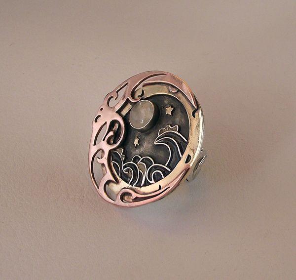 Talismán Lunar Anillo adaptable, confeccionado en plata 950, bronce y cobre. Olas esmaltadas y Piedra Luna. 4 cms diametro (pieza Unica) VENDIDO