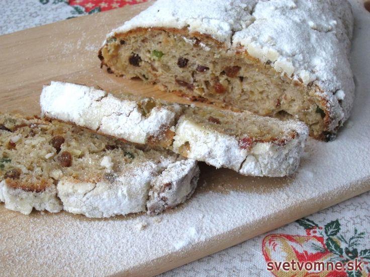 Sladučký kysnutý koláč plný chutných ingrediencií. Traduje sa, že upečená štóla by mala do konzumácie aspoň 14 dní postáť. Vraj sa spoja chute ... Naša štóla je vhodná na konzumáciu hneď po upečení. Môže samozrejme postáť, ale táto Vianoc nedočká :)