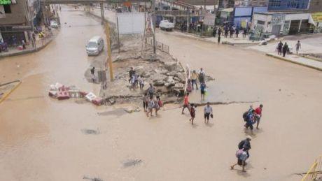 Peisaj MACABRU! Cimitire inundate în Peru. Șuvoaiele au scos la suprafață coşciuguri şi cadavre