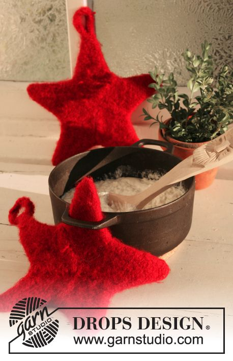 2 filtede DROPS grydelapper til jul i Eskimo med stjernefacon.