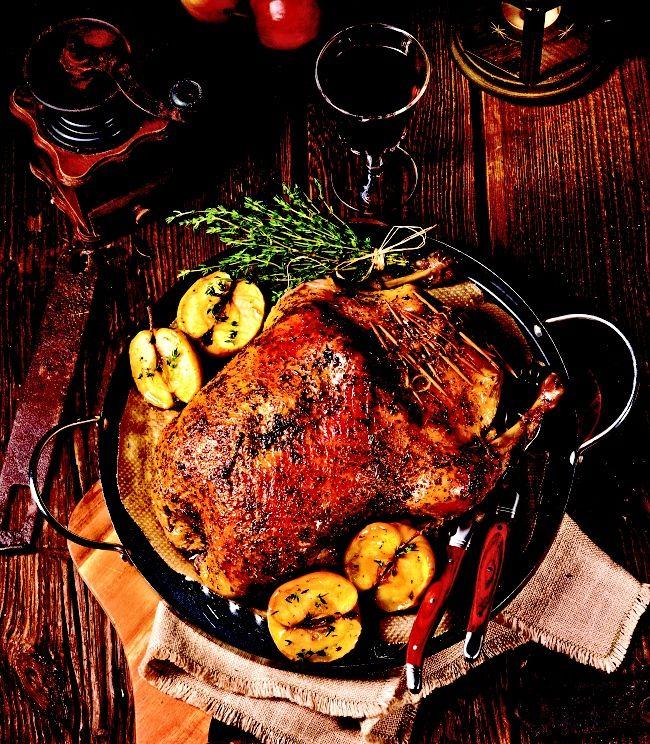 Pečená husička a mladé svatomartinské víno nemohou při oslavě svátku svatého Martina, který připadá na 11. listopadu, rozhodně chybět. Vyzkoušejte tento recept našich babiček, kdy se husa nakládá na dva dny do mléka a pak teprve peče přes noc, aby byla přesně na oběd hotová!