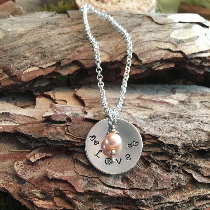 Zilverkleurige Handgestempelde hanger voor aan een ketting met een tekst of initialen naar wens. Een ideaal persoonlijk liefdevol kadootje voor uw Valentijn of zomaar...