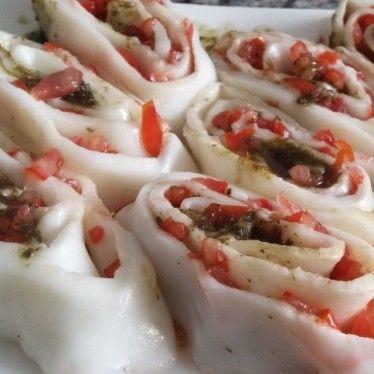 Uma manta de Muçarela de Búfala 10 Tomatinhos Cereja picadinhos Pesto – 2 xícaras de manjericão – 1/2 xícara de azeite – nozes – sal – pimenta – 1 dente de alho Para finalizar: - sal e pimenta do reino à gosto - azeite