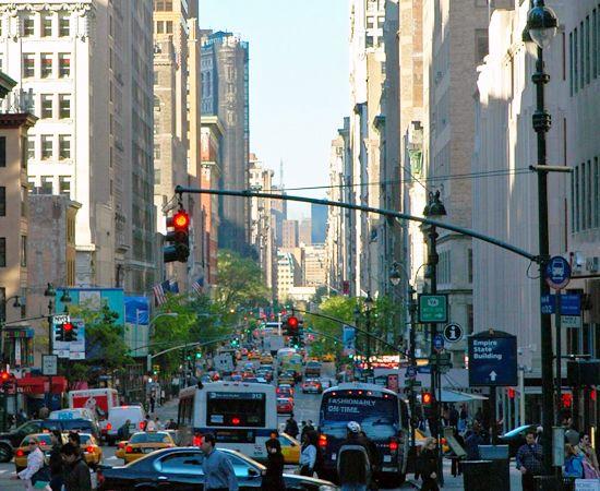 FIFTH AVENUE - A avenida mais famosa de Nova York é o paraíso dos turistas que querem fazer compras. Pontos conhecidos:  o Rockefeller Center, o Empire State Building, o Museu Metropolitano de Arte...