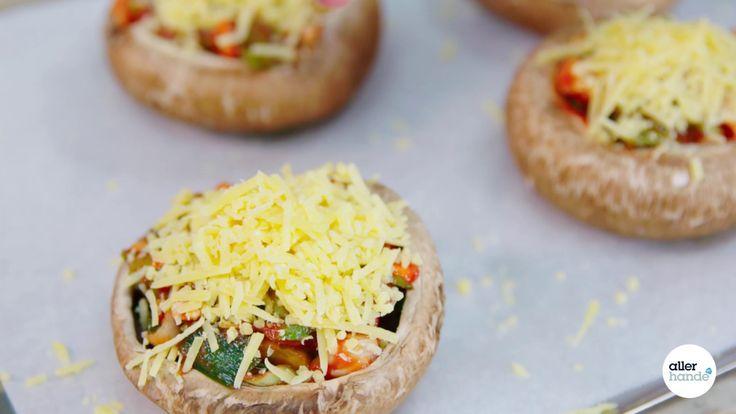 Portobello's: extra grote kastanjechampignons die perfect zijn om vullen. Met een vulling van tomatensaus en voorgesneden soepgroente maak je een pizzalicious bijgerecht. - receptvideo - Allerhande