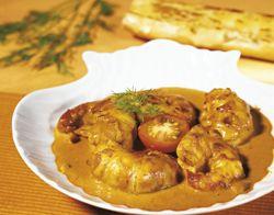 Scampi's met tomaat-kerriesaus en lookbroodjes         20 grote ongepelde tijgergarnalen 'scampi' (diepvries)     2 eetl. tomatenpuree (± 1/2 blikje van 70 g)     2 eetl. olijfolie     1.5 dl rode wijn     1.5 dl lichte room (15 % V.G.)     1 teentje knoflook     1.5 eetl. kerriepoeder     peper en zout     Voor de lookbroodjes:     stokbrood     100 g boter     3 teentjes knoflook