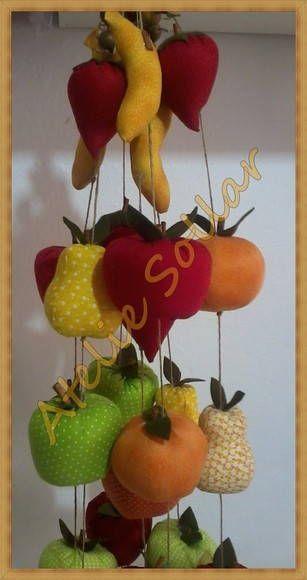 Móbile com 1,00 m de comprimento e 4 frutas confeccionadas em tecido à sua escolha: maçã, morango, pera, banana, laranja. Você pode usa-lo para decorar sua janela, com ou sem cortina, na parede ou porta. Podemos fazer móbiles com outras medidas e quantidade de frutas. <br>- Consulte cores e estampas disponíveis. <br>- Frete PAC grátis para SP e RJ para compras no valor acima de R$ 150,00 por tempo limitado. <br>- Confeccionado com carinho e capricho!