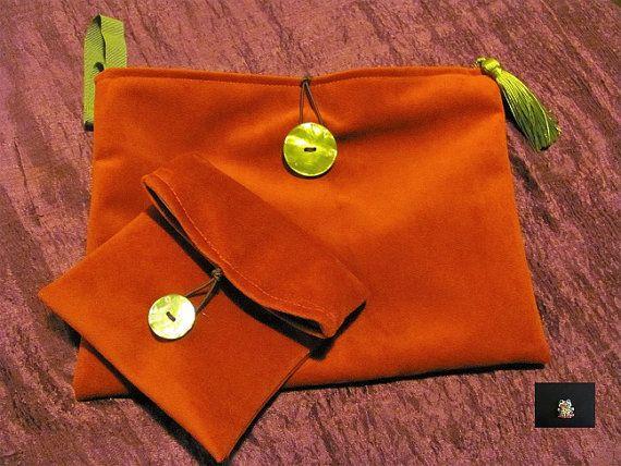 custodia tablet in velluto rosso con chiusura a bottone ed elastico coordinato con una bustina portatutto, con fodera in tessuto di cotone