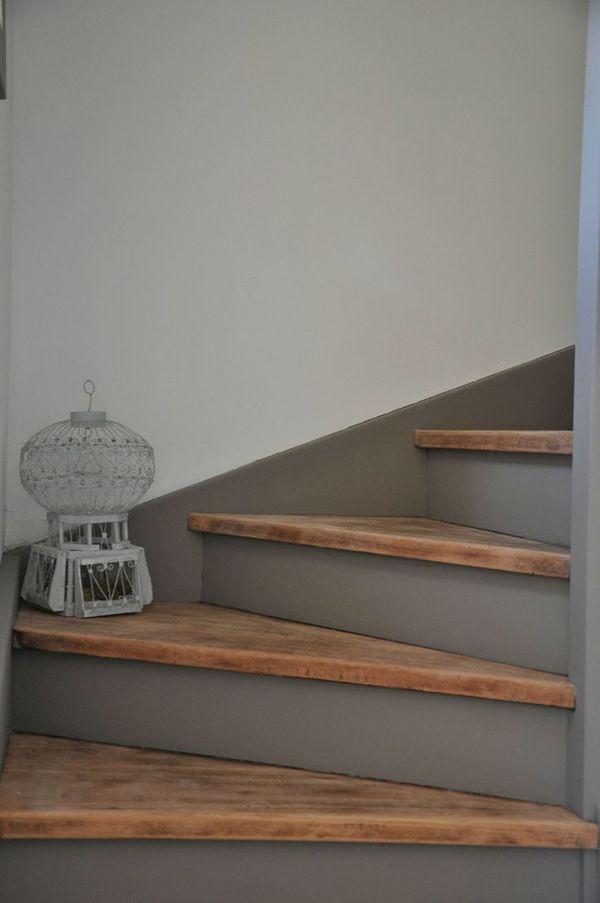 Een trap met houten treden, de stootborden zijn grijs geverfd. Wooden stair treads, the risers are painted in grey.
