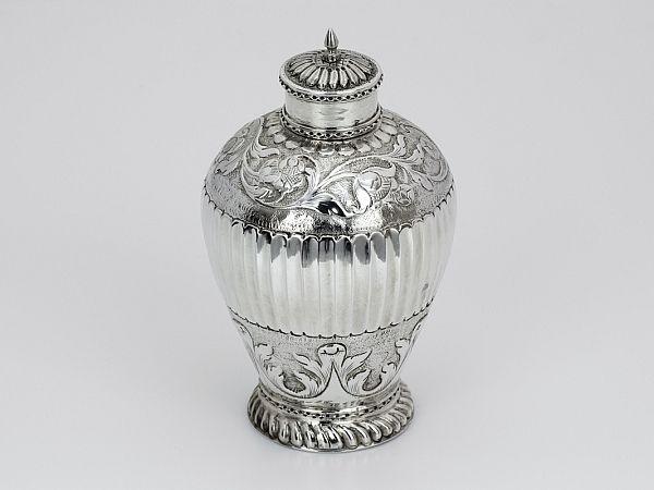 Zilveren theebus 1690-1737 (Haarlem) - Hollands zilveren theebus 12 cm hoog 106 gram Jaarletter waarschijnlijk H = 1718 Meesterteken Pieter Ampen 1690-1737 Stadskeur Haarlem