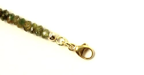 Du forbinder den lukkede ring med karabinlåsen ved hjælp af en øsken.