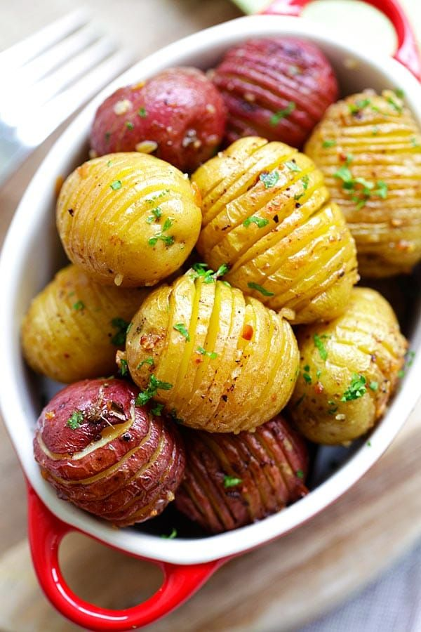 Garlic Roasted Potatoes - best and easiest roasted potatoes with garlic, butter and olive oil. 10 mins prep and 40 mins in the oven | rasamalaysia.com