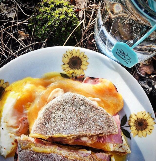 It's time to get your #Sundaybrunch on! @rachealannefitness pairs our Skinny tea with a healthy egg sandwich to pack a powerful punch in the morning. Bye-bye hunger, hellooooo energy! find out how you can #EnhanceYourLight at www.LumiTea.com ✨🍃