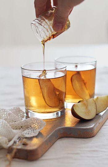 季節の変わり目、痛めやすい喉にも効き目がありそうですね。  1. スライスしたりんご、はちみつ、アップルサイダー、シナモンを鍋に入れて火にかけ5分くらい煮ます。 2. 1を濾して、バーボンを加えて出来上がりです。スライスしたりんごは飾り用としてグラスに入れてもOKです。