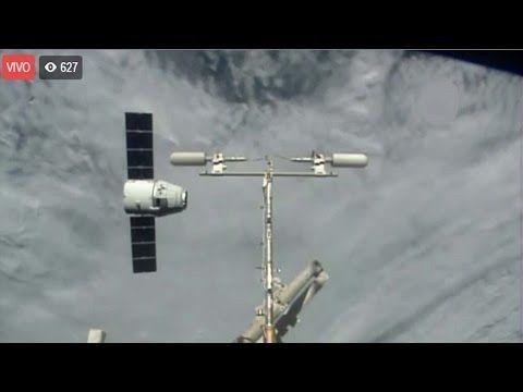 La NASA : El carguero Dragon se acopla a la Estación Espacial Internacional - YouTube