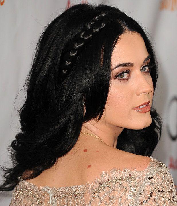 Bagi Anda yang berwajah bulat atau kurang percaya diri menata rambut dengan model cepol, Anda bisa menggerai rambut lalu menambahkan sentuhan kepang di atasnya. Gaya ini akan membuat wajah terlihat lebih feminin dan cantik.