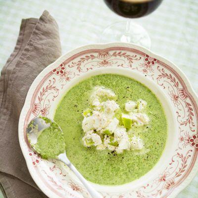 Bild på Grönkålssoppa med vitlöksost och äpple