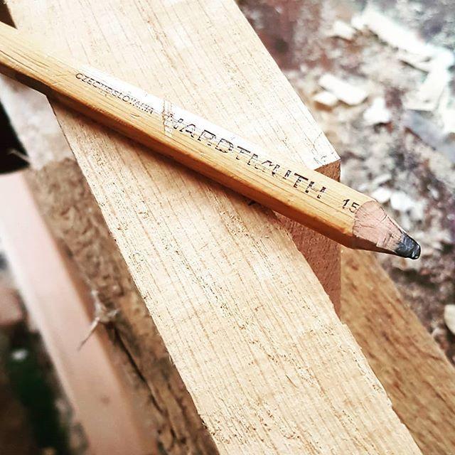 Archaicke pomocky v nasej dielni. Tesarska ceruza Hardtmuth Czechoslovakia. . . . #nasaobnova #czechoslovakia #hardtmuth #pencil #klajbas #kohinor