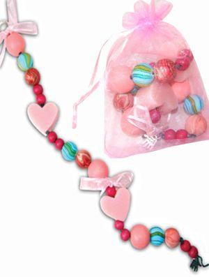 'Zeepjes, heerlijke geurtjes, mooie lintjes en prachtige kralen!'  Een originele activiteit om uit te voeren tijdens een creatief Feeën- kinderfeestje!  http://www.kidsfeestje.nl/zeepketting-maken/zeepketting-maken/29310_art_500mod2813_maak-zeepketting-love-pink.html