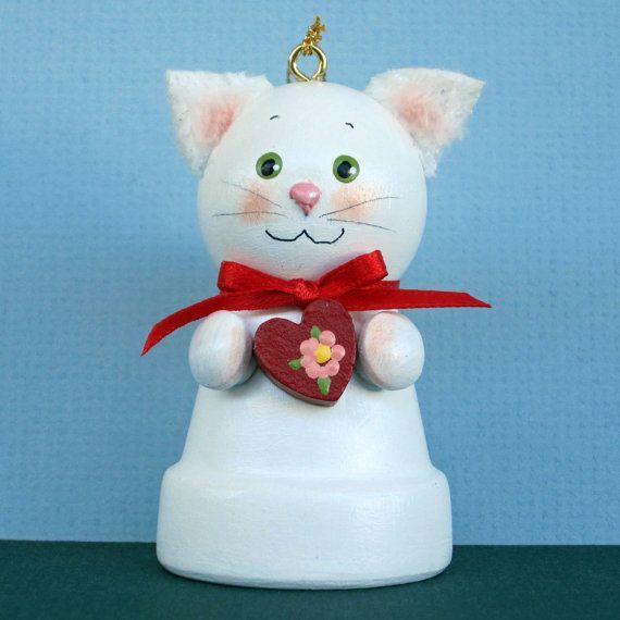Ce petit chaton est ce qui porte un souhait de Saint Valentin votre chemin. Elle est faite dun pot de fleurs petit argile avec un grelot à lintérieur et représente environ 3 de haut. Elle a des oreilles floues et une queue longue floue. Elle tient un petit coeur rouge. Un ajout délicieux à votre maison  ou comme un cadeau pour quelquun de spécial.    Tous mes cloches pot de fleurs sont des créations originales faites et signé par moi.    Merci de vérifier sur ma boutique.