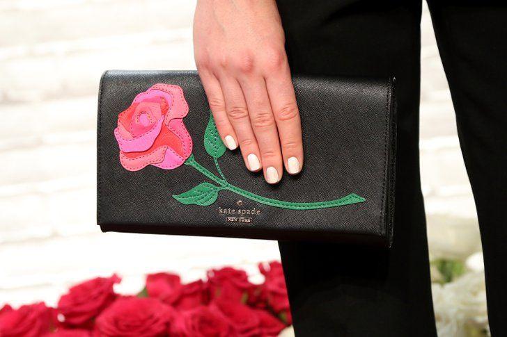 Pin for Later: Die Makeup-Profis der Fashion Week verraten ihre Beauty-Geheimnisse So werdet ihr hartnäckigen Glitzer-Nagellack los