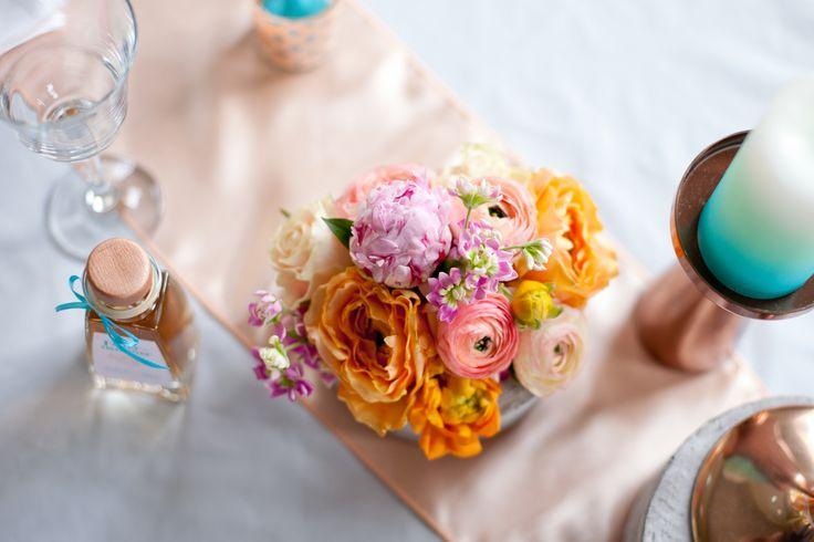 """""""Es hat gefunkt!"""" Das ist der zauberhafte Moment, der den Anfang so mancher Beziehung entfacht hat. Und wenn dieser eine Funke zu einem beständigen, lodernden Feuer geworden ist, dann dauert es nicht mehr lang, bis die Hochzeitsglocken läuten… Das perfekte Hochzeitsthema! #hochzeitsdeko #floristik #brautstrauß #gastgeschenk #giveaway #orange #peach #türkis #mint #kupfer Konzept, Papeterie, Floristik und Dekoration: www.tischleinschmueckdich.de Fotos: www.himmelwaerts-fotografie.de"""