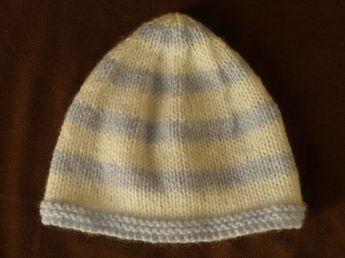 Mignon petit bonnet bicolore pour bébé en taille naissance, aiguilles N°3,5. Taille : Naissance - 1 mois Fournitures : - 1 pelote de laine super soft bleu de Zeeman - 1 pelote de laine super soft blanche de Zeeman - 1 paire d'aiguilles N°3,5. Points employés...