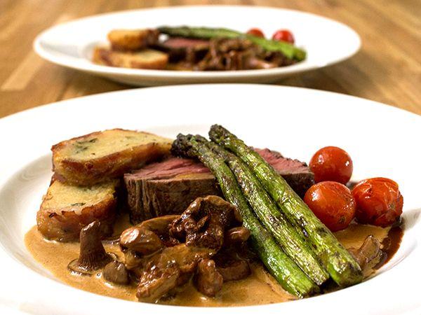 Oxfilé med potatisbakelse och två såser | Köket.se