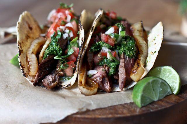 Tacos au steak grillé  2 Bavettes (ou biftecks ), 1 oignon doux grillé tranché, Jus d' 1orange, jus d'1 citron vert, sauce soja, huile d'olive, 1/2 c sucre, 2gousses d'ail hachées, 1/2 C coriandre hachée,  oignon doux émincé,cumin, coriandre